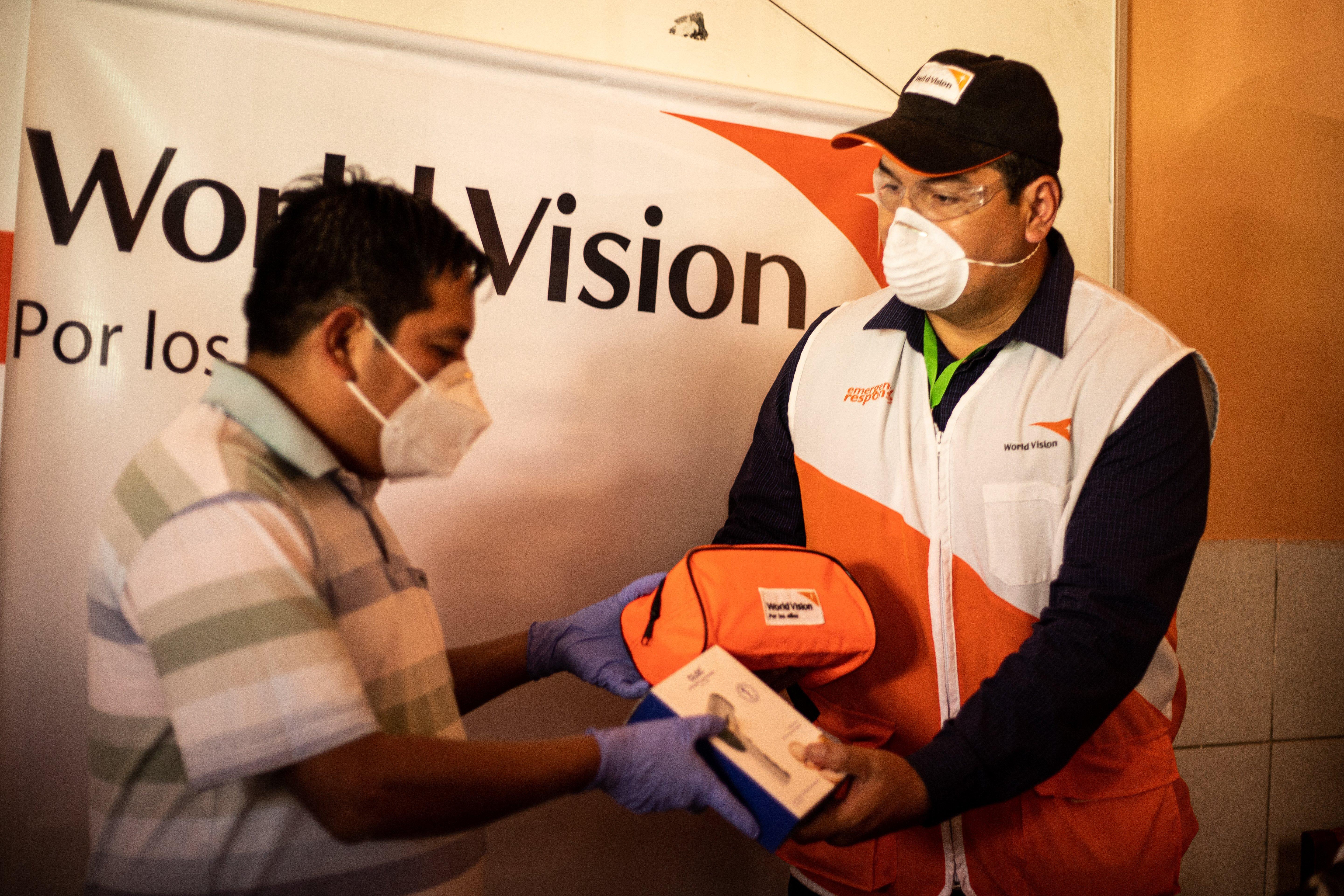 World Vision entrega material de bioseguridad ante autoridades de Camir