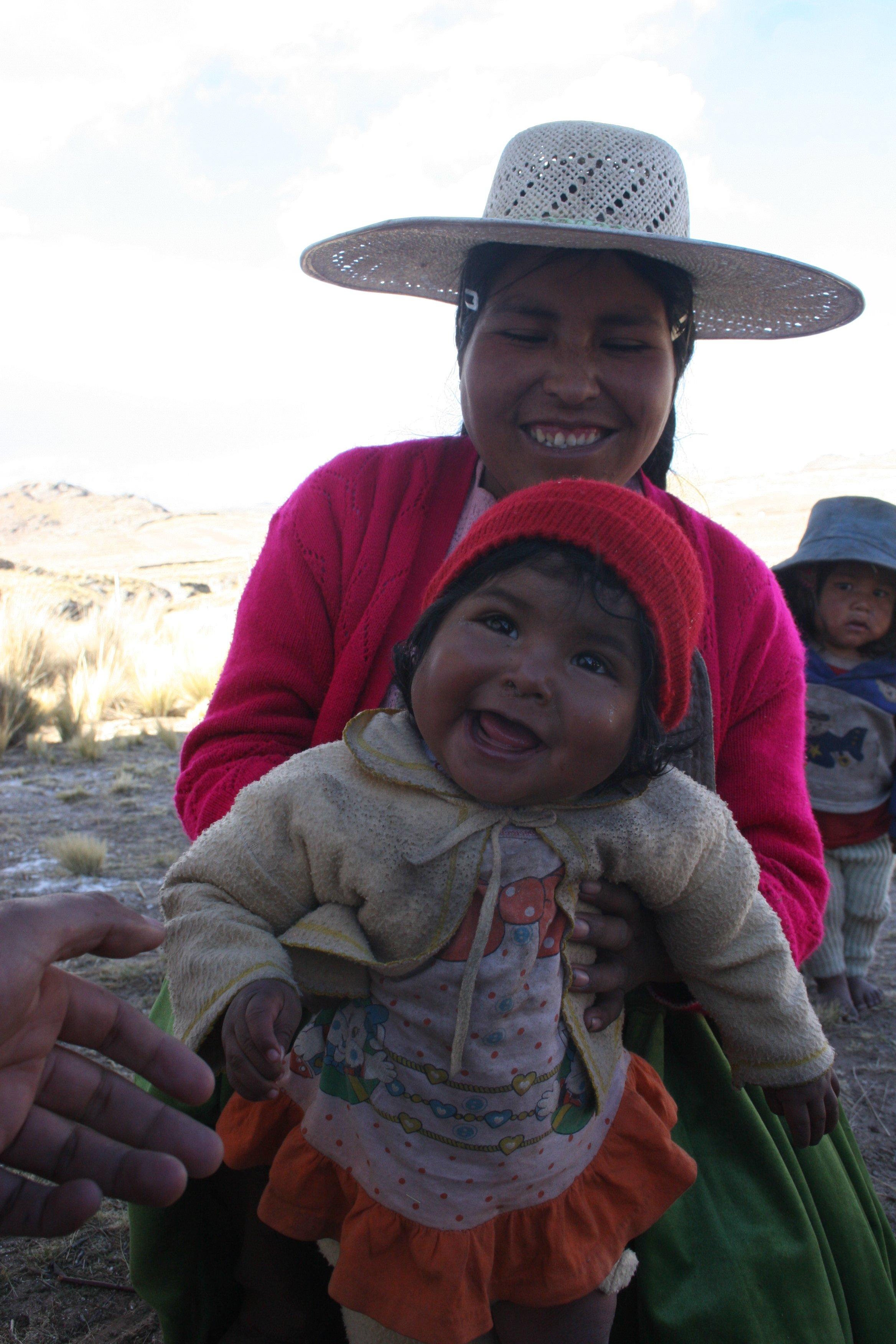 PDA KHANTATI Cuidado y proteccion. Martha cuida y protege a su bebe Carmen Rosa de unos meses. ella ama a su bebe.