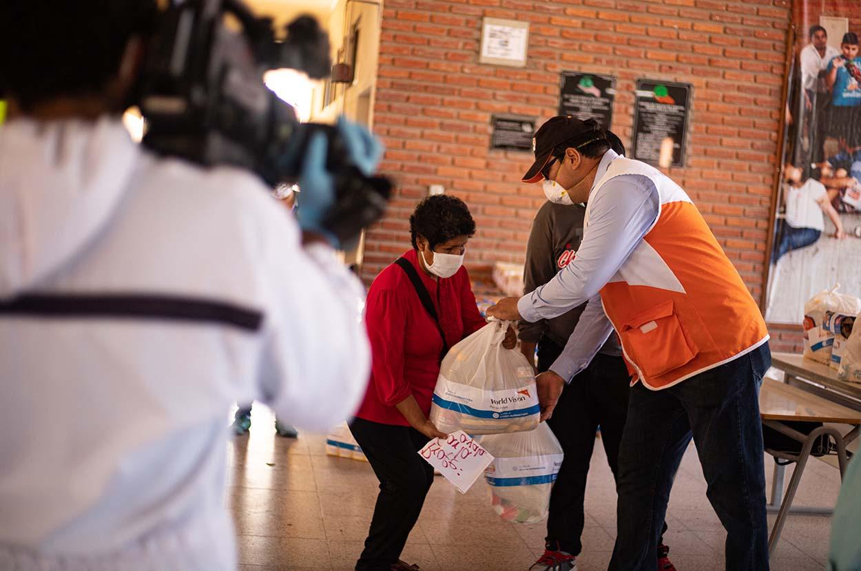 Familias con niños con discapacidad reciben kits de alimentos #SUMATE